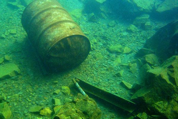 Pod vodou je různý šrot